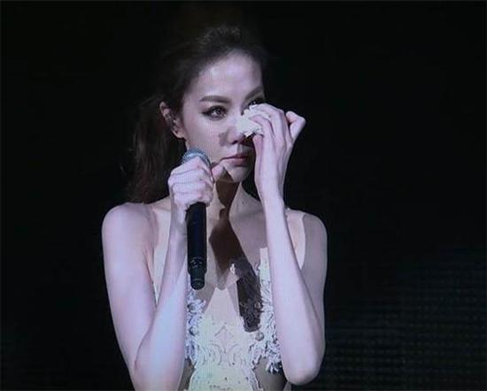 女星演唱会现场哭诉父亲家暴 母忍小三共侍一夫