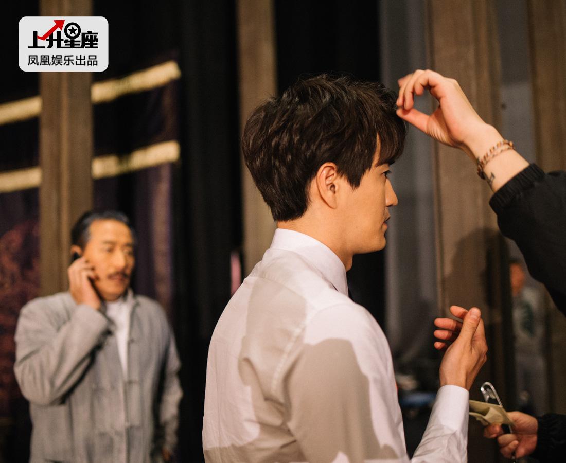 杨玏开始Stand by,化妆师给他整理下发型,舞台另一端站着他的父亲杨立新。因为全神贯注待会怎么走场,杨玏丝毫没有察觉到父亲的到来。