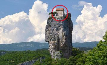 他在千尺悬崖上建了这所房子 每周仅下山两次
