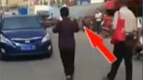 猖狂!合肥男女闹市持砖头拦车乞讨 司机纷纷给钱