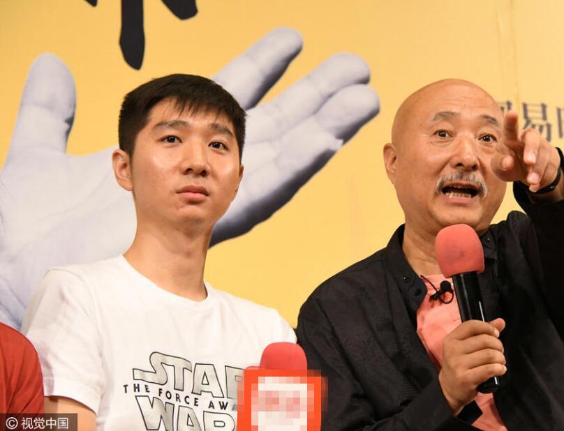 陈佩斯与26岁儿子罕见同框 一脸白胡须抢镜【星看点】