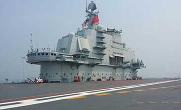 马来西亚海军司令访问辽宁舰 舱内参观开怀大笑