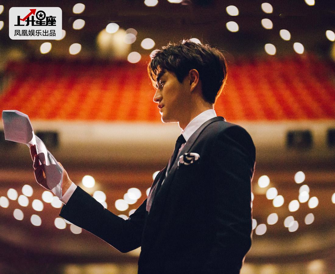 """杨玏在正式演戏之前还有过一段""""实习期""""。大二暑假,杨玏回到北京,正赶上冯小刚导演的《唐山大地震》开拍,于是他作为实习生去剧组学习,当时就留下不错的印象。2010年冯小刚筹备《非诚勿扰2》,制片主任就想到了杨玏,请他来做演员副导演和执行副导演。"""