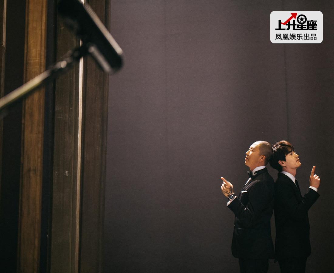 """对杨玏来说,人艺就像自己家一样,徐帆、濮存昕、宋丹丹就是他身边再普通不过的叔叔阿姨,""""我一直没把他们当成大腕明星,那样他们也会不舒服,他们也没把我当外人。""""所以这次拍摄MV选择了杨玏最熟悉的剧院,也是为了大家了解这位北京小爷的成长故事。"""