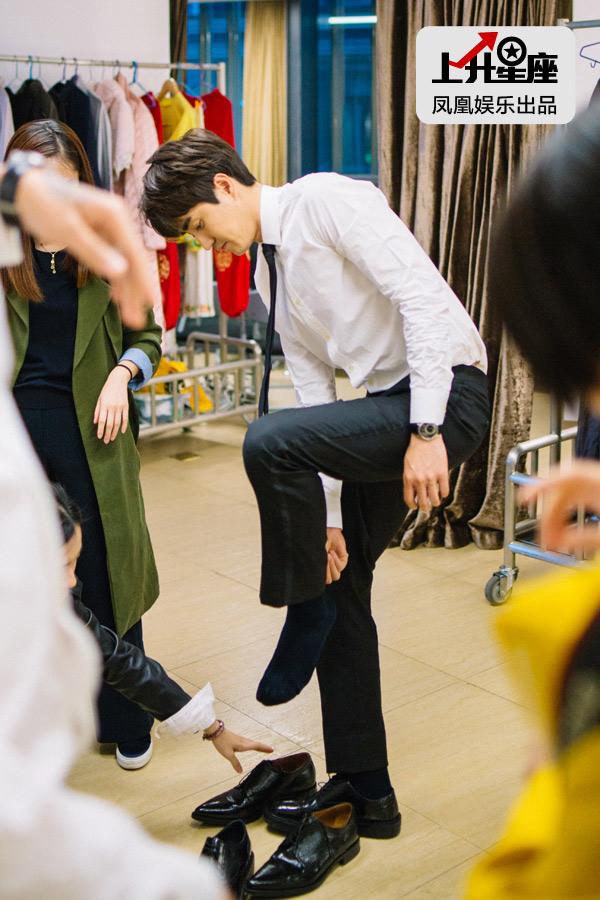 结束了剧院部分的拍摄,杨玏急忙来到休息室换衣服,准备转场去下个场景。