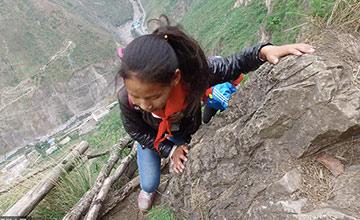 悬崖村:孩子上学爬藤梯 多名村民摔死