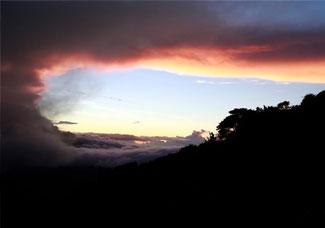 哥斯达黎加火山持续喷发火山灰
