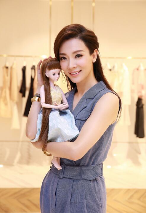 陈数抱玩具娃娃出镜 姿势专业温馨有爱(图)【星看点】