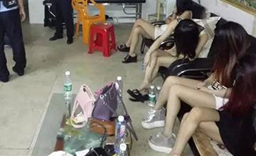 广东扫黄现场 被抓女子长发掩面