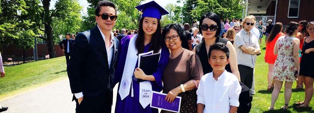 王中磊18岁女儿高中毕业 一家聚首捧场