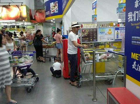 """汪涵与杨乐乐一起逛超市 变身""""草帽夫妇""""【星看点】"""