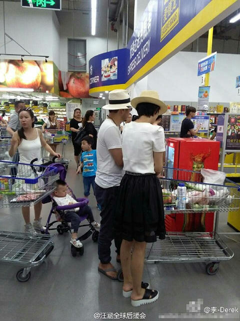 汪涵与杨乐乐一起逛超市 网友:乐姐腿真细【星看点】