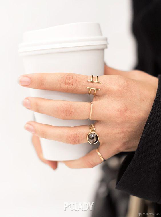 戒指叠带 为了掌握好混搭的节奏,你还要注意不同类型戒指的摆放部位。一般来说,至于过于宽大的戒指,建议不要考虑在一个手指上进行搭配,选择食指和无名指两个手指单独佩戴,也会有不错的效果。 戒指叠带 体量相对较大的戒指要放在手指根部,体量纤细的戒指则要靠近指尖。关节处戒指的一些别致的小设计会收到意外的效果。 明星示范