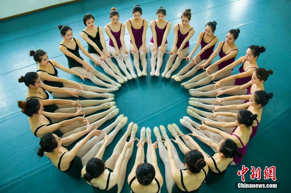 """舞蹈系美女大学生拍""""鲜花毕业照"""" - 雷石梦 - 雷石梦"""