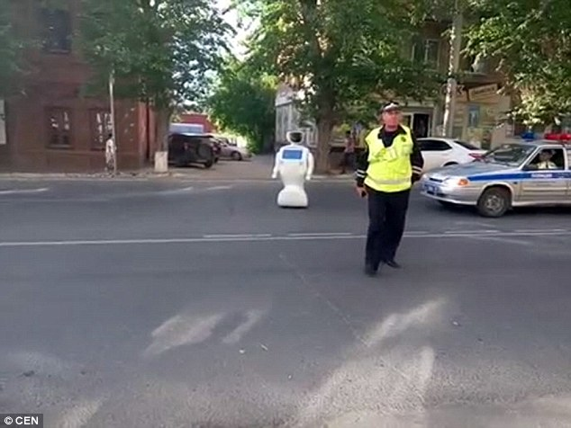 工程师忘记关门机器人出逃走上大街