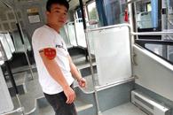 江西女乘客晕倒在郑州公交上 车长立即将其送医院