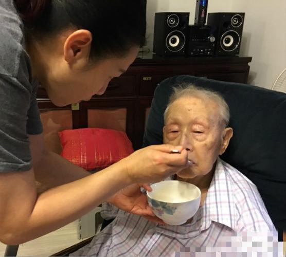 刘若英庆父亲88大寿 喂冰淇淋伺候孝心足(图)【星看点】
