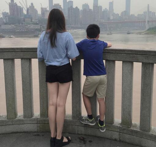 【有意思】王中磊女儿在看风景 可网友全都在看她的腿(图)