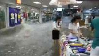 现场:商场里发大洪水淹没店铺一片惨叫