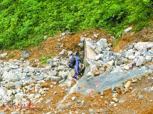 盘山路雨夜坍塌成 20 米悬崖 90 后夫妻拦下 10 余辆车