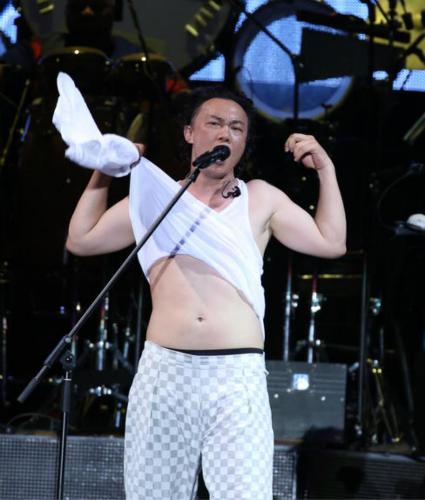 跑步不见成效?陈奕迅演唱会撩衣 露出白胖肚腩(图)【星看点】