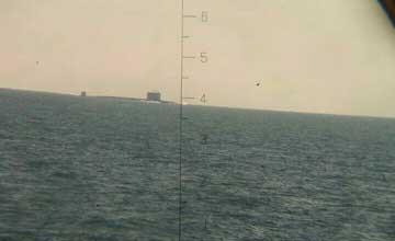 中国093核潜艇高调通过马六甲 浮出水面高挂军旗