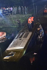 大客车在高速爆胎落水现场 26人遇难