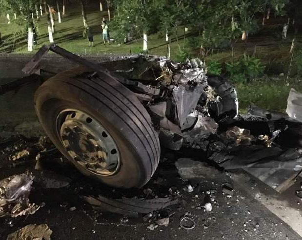 天津:大客车高速路爆胎冲入河中已致26死
