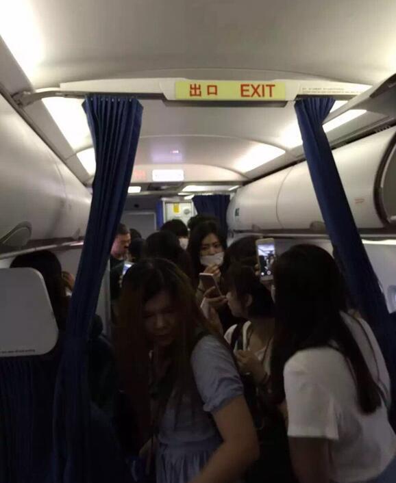 从摆渡车到飞机上,王俊凯一路被粉丝包围