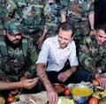 巴沙尔与士兵共餐