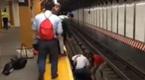 惊!3人跳入地铁轨道救人 一分钟后列车进站