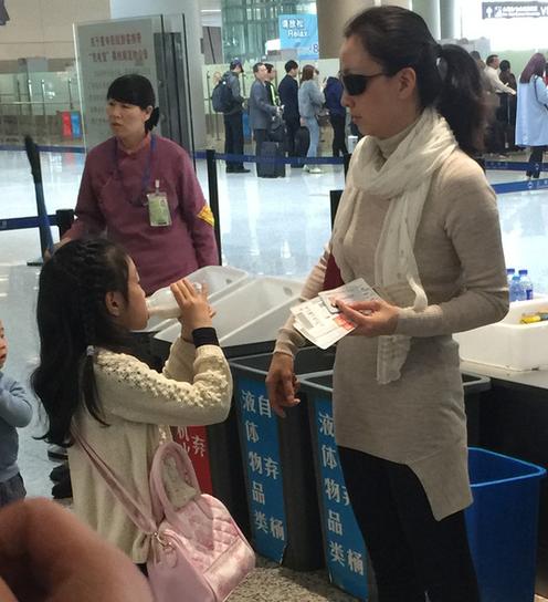 """【有意思】陶虹现实版""""人在囧途"""" :为过安检 逼女儿当众喝光奶"""