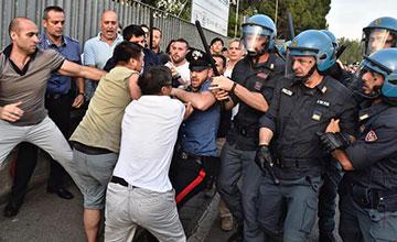 意大利:华人工厂被查 与警方冲突画面