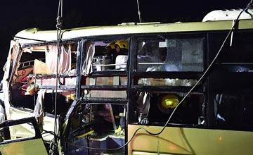 载30人大客车在天津爆胎坠河 现场惨烈已致26死4伤