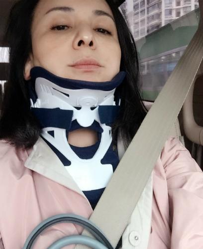 【有意思】雪姨颈椎受伤了?王琳脖戴固定器面容憔悴(图)