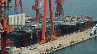 首艘国产航母吊装舰艏分段 船头轻微上扬