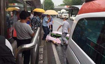 北京公交站台发生凶案 致2死1伤现场
