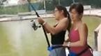 女子河塘钓鱼 水面剧烈抖动拉出一看惊了