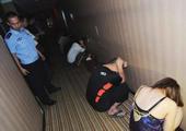 北京警方暗访扫黄 屋里男子出来一个抓一个