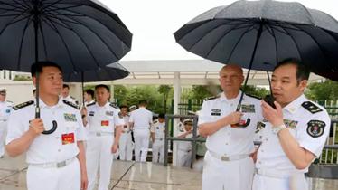 """这个""""少将""""咋这么牛?海军司令员吴胜利给他打伞"""
