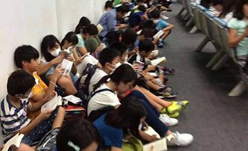 日本学生机场候机一幕引网友点赞