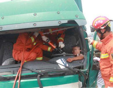 泰安G2高速新泰东出口 3车相撞1人被困