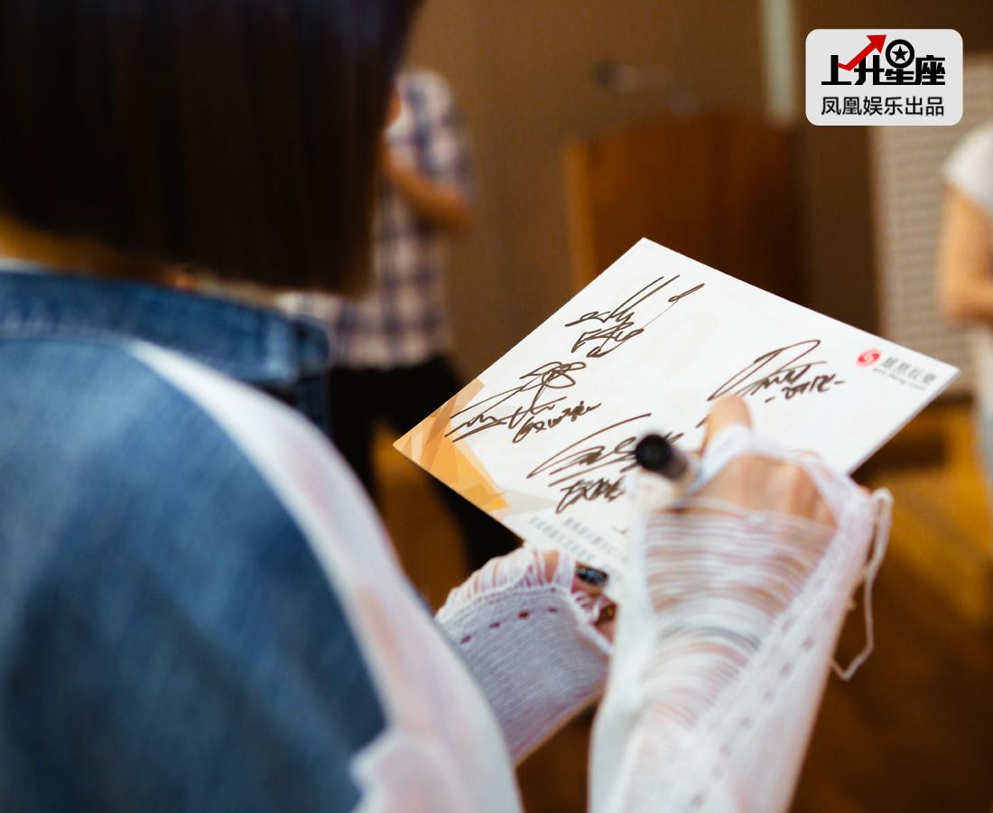 成员们轮个写上自己的名字,表示马上也要去中国跟大家见面,希望粉丝们期待她们的表现。