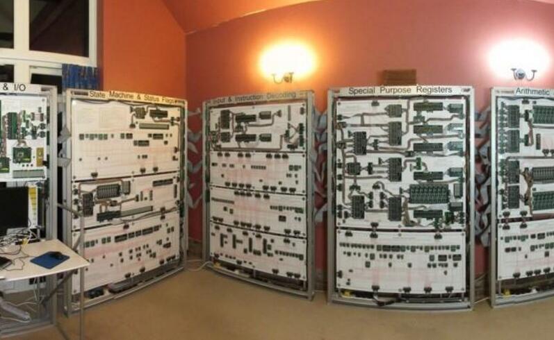 到底图啥?男子打造巨型电脑却只能玩俄罗斯方块