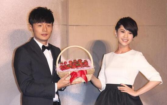 杨丞琳为李荣浩庆生甜蜜示爱:我家有人过生日【有看点】