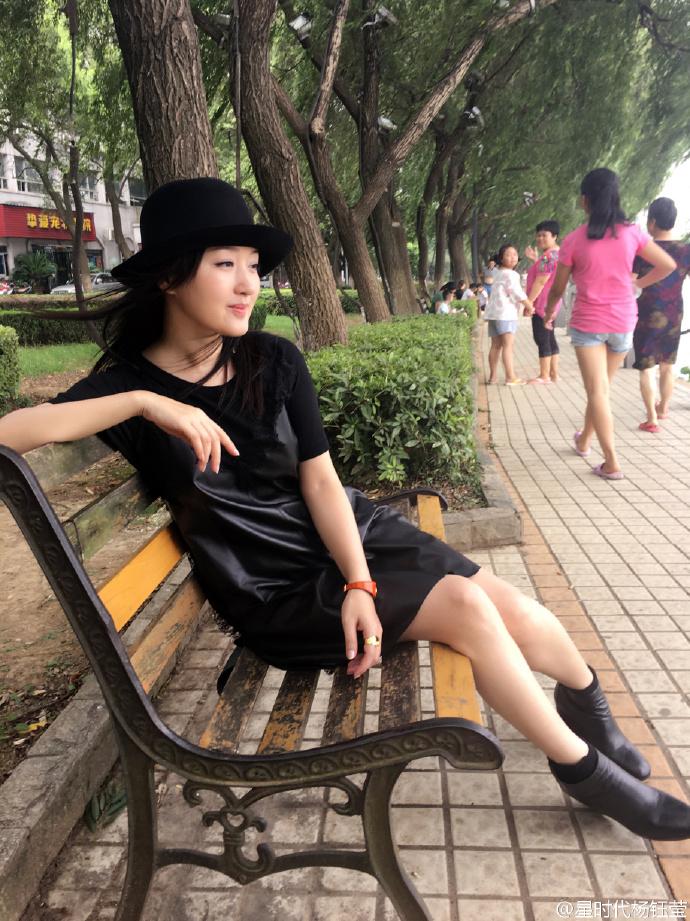 杨钰莹为家乡水灾捐款50万 晒赣江边休憩照飘逸甜美【有看点】