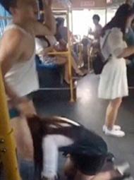 女子乘公交跌倒 扯下男乘客裤子