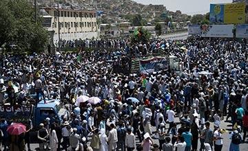 游行现场:有人引爆炸弹致80死