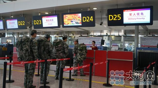 郑州机场开通军人快速办理传值机柜台 大河网讯(记者王书栋 实习生张孟文/图)在八一建军节来临之际,郑州新郑国际机场于7月27日在T2航站楼的D值机岛24号、25号开设了军人快速办理值机柜台,并在4、5号安检口开设了军人绿色安检通道。 军人值机柜台和安检通道的开通,将大大缩短军人乘机手续的办理时间,为从郑州机场出发的军人旅客提供了便利而且高品质的服务,同时也提升了部队官兵的使命感和荣誉感。