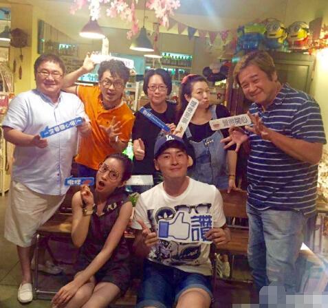 【星娱TV】郑元畅晒恶吻家族聚会照 网友求拍恶吻三